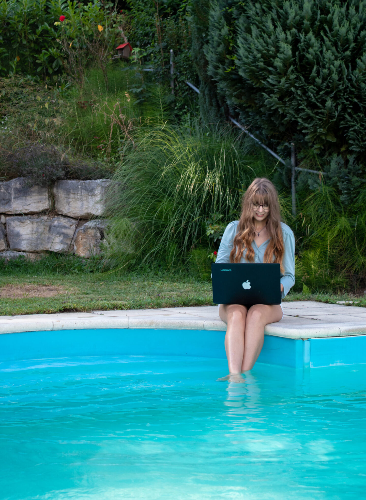 working by the pool 10 girl boss organization hacks